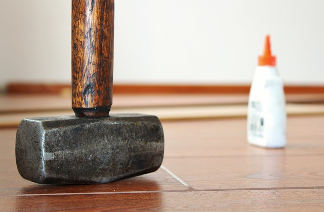 hamer en houtlijm